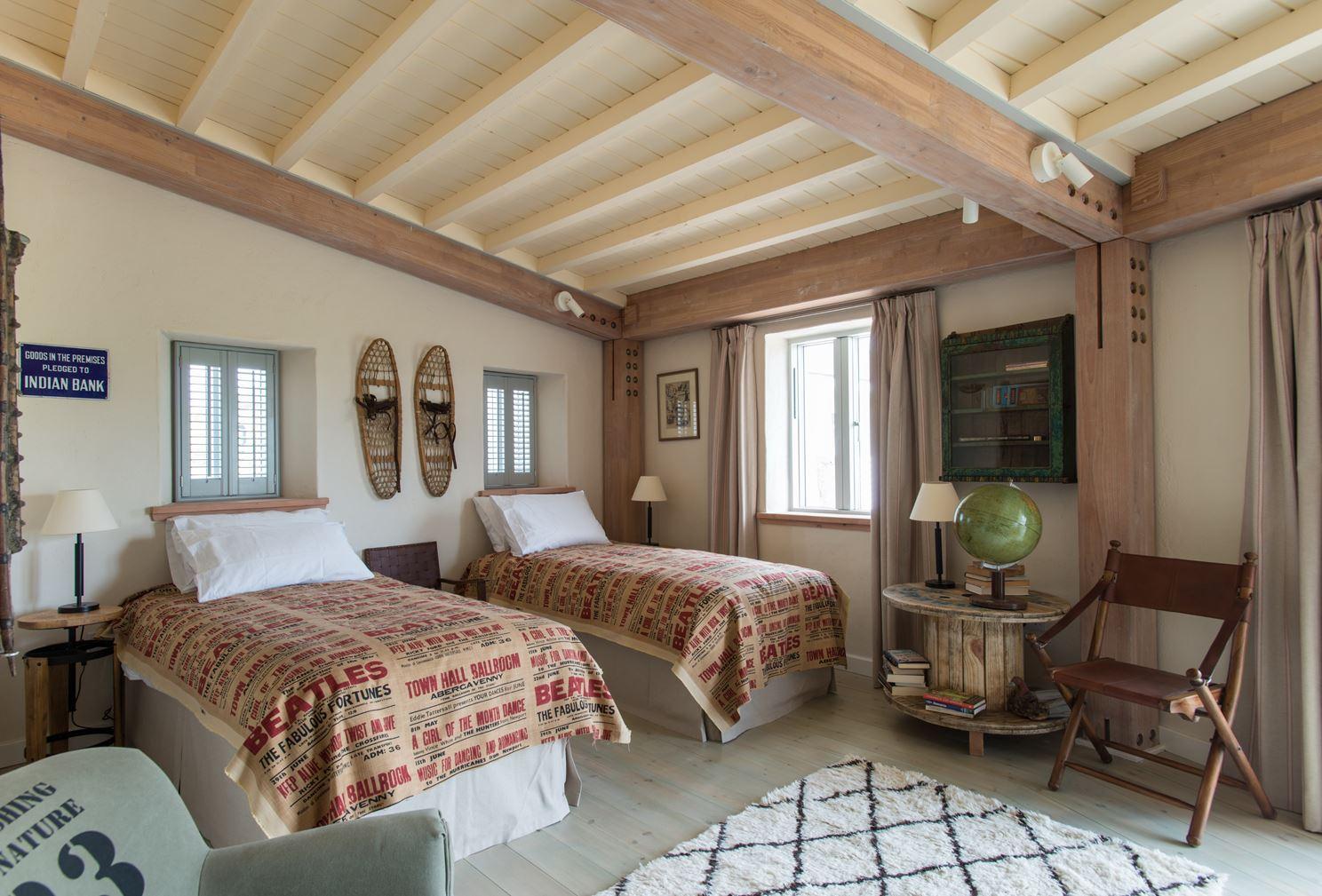 Una casa dalla forma particolare luminosa e moderna mansarda