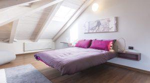 Camera da letto in mansarda con luce naturale
