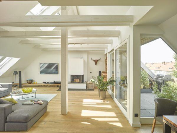 Un salotto a doppia altezza con finestre per tetti