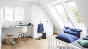 camera ragazzo con finestre