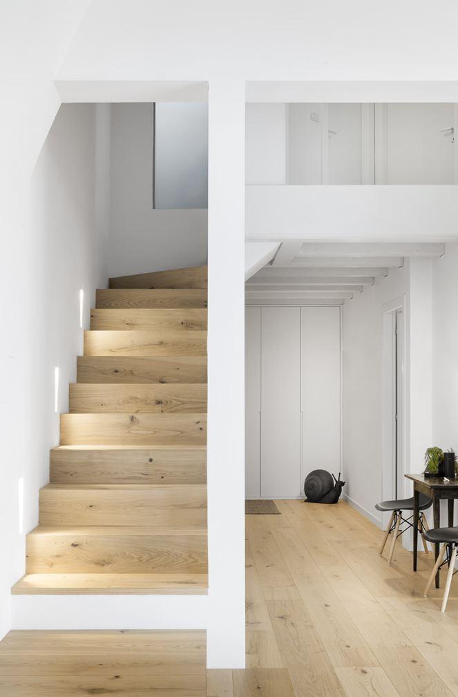 Un attico antico diventa luminoso e moderno - Oblo tetto casa ...
