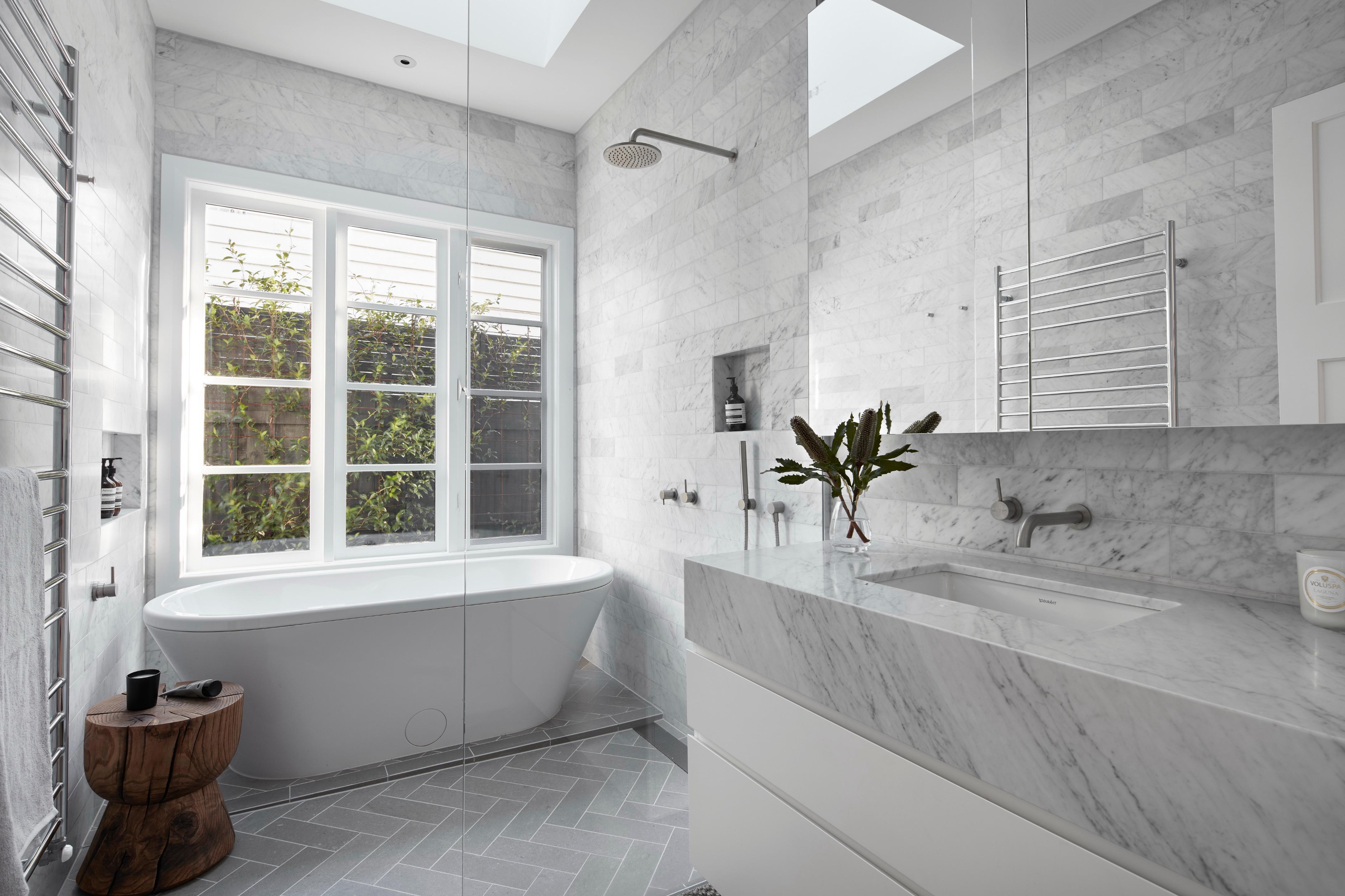 Bagno con finestra per tetti for Finestra per mansarda