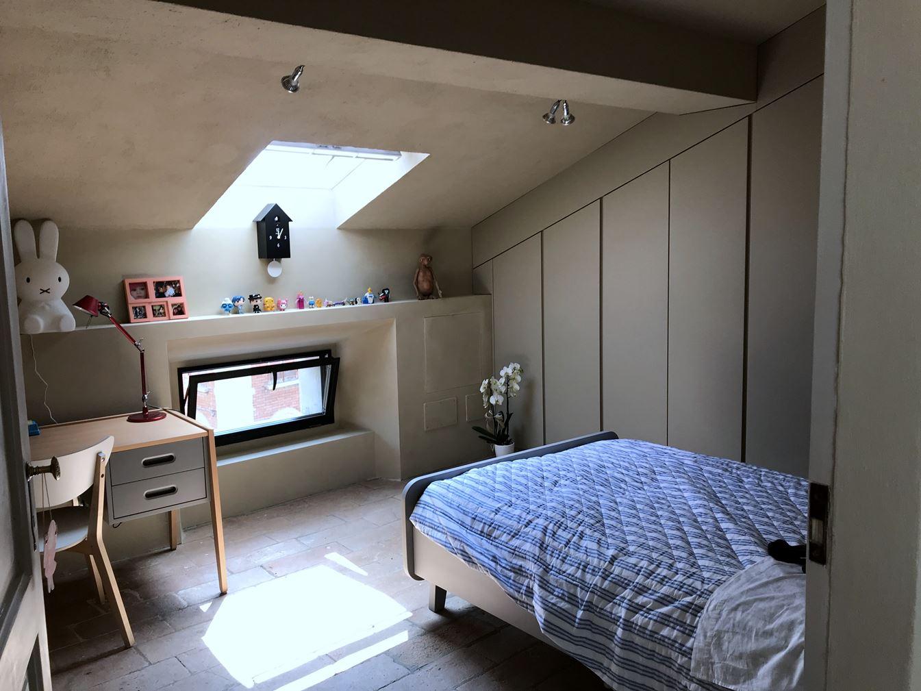Camera da letto con finestra per tetti - La finestra della camera da letto ...