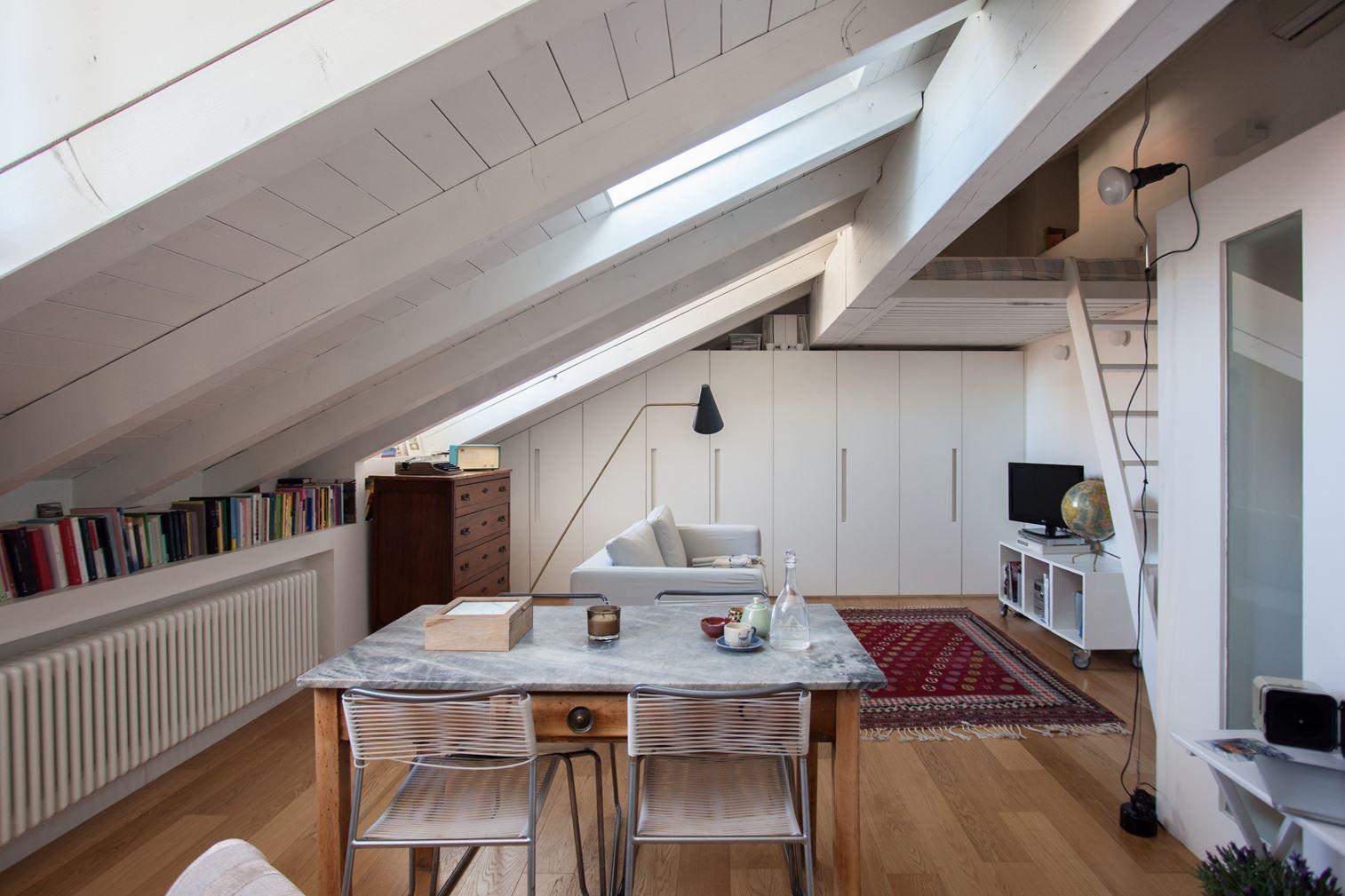 La ristrutturazione di una mansarda con soppalco a milano for Arredamento casa milano e provincia