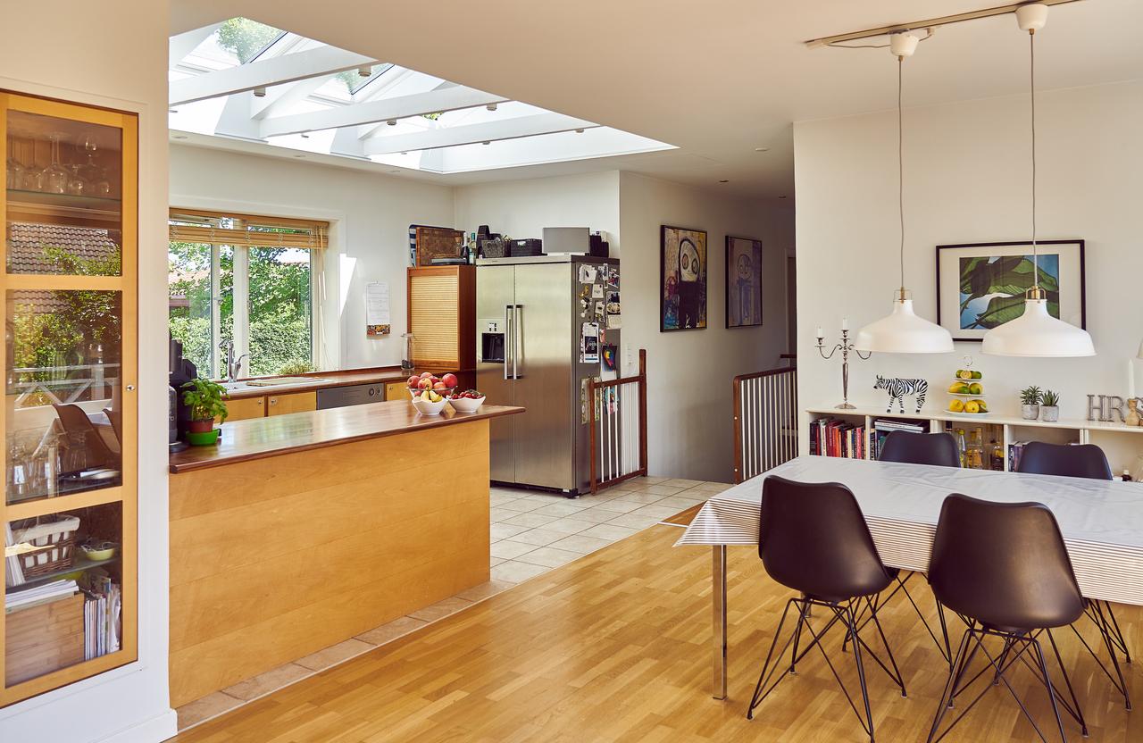 cucina e pranzo con finestre