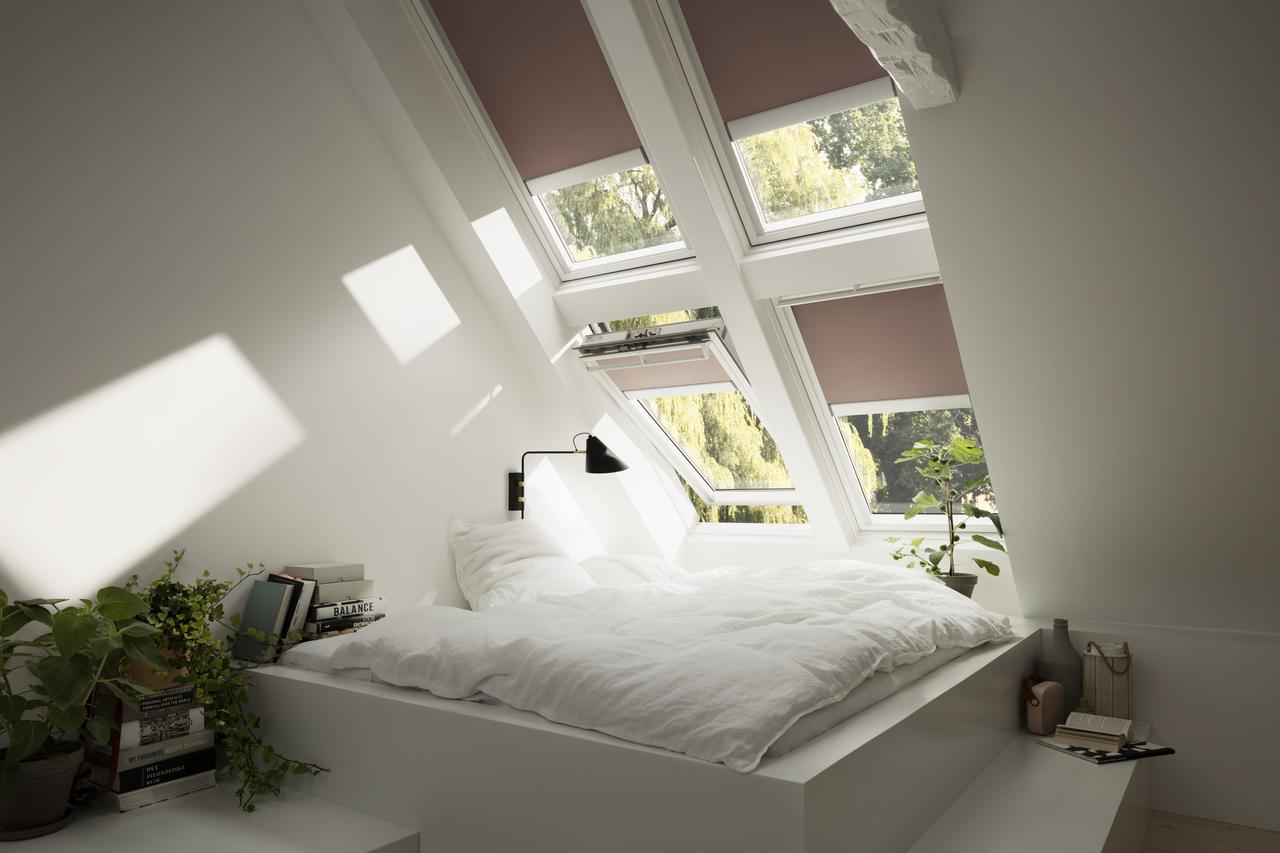 camera con finestre aperte