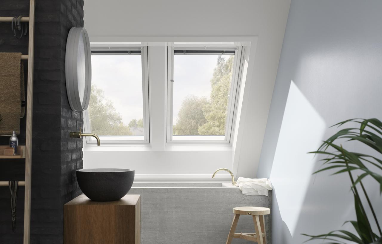 bagno con due finestre