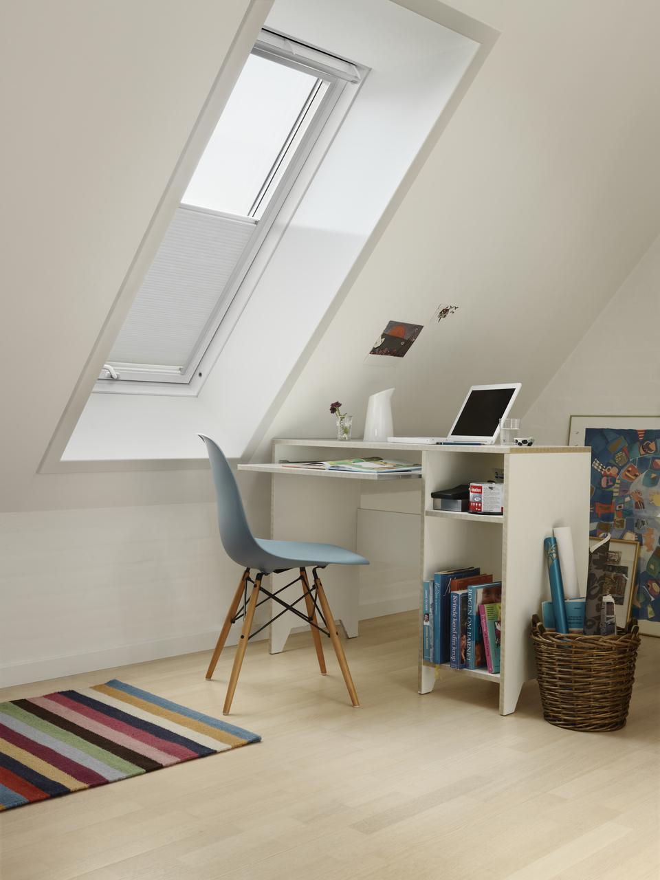 scrivania con finestra