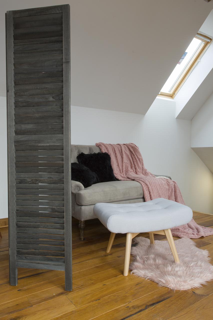 salotto con finestra in legno
