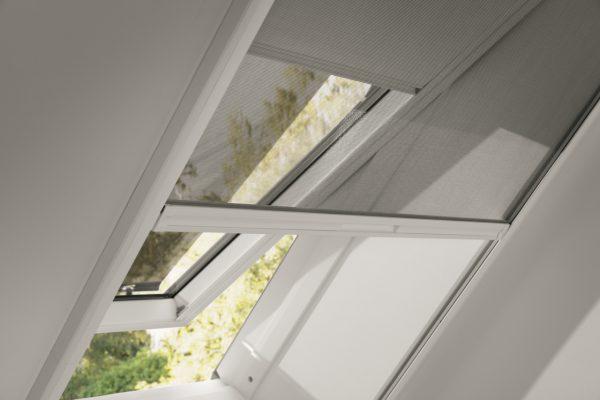 finestra con zanzariera e tenda oscurante